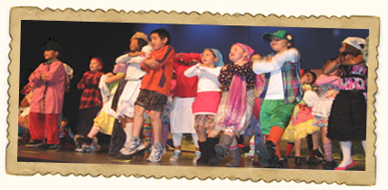 Children on stage at THEATERWEEK